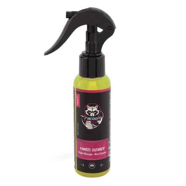 priehľadná fľaša s rozprašovačom obsahujúca žltú číru tekutinu, prípravok určený na čistenie diskov kolies Wheel Cleaner, s etiketou a logom autokozmetiky Racoon Cleaning Products