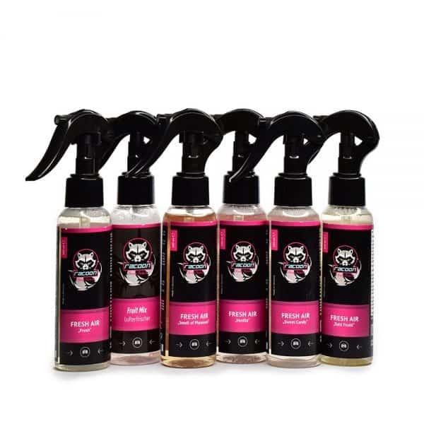 šesť priehľadných fľaštičiek s rozprašovačmi obsahujúce osviežovač vzduchu do auta s rôznou vôňou s etiketou a logom autokozmetiky Racoon Cleaning Products