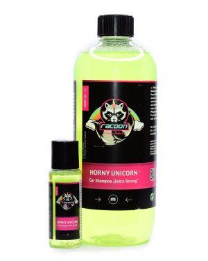 dve priehľadné fľaše rôznej veľkosti, obsahujúce silný autošampón Horny Unicorn sýtej zelenej farby pre exteriér vozidla, s výrazným logom Racoon Cleaning Products