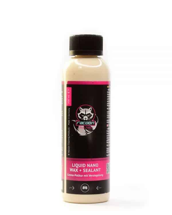 Priehľadna fľaša obsahujúca krémový sealant liquid nano wax béžovej farby určený ako nanoochrana laku karosérie vozidla s etiketou a logom autokozmetiky Racoon Cleaning Products