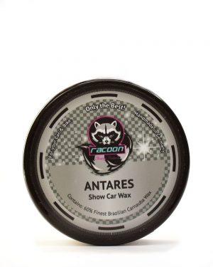 okruhlá čierna tuba obsahujúca tuhý tvrdý autovosk na lak automobilu antares, obsahujúci 60% pravého karnaubskeho vosku najvyššej kvality T1 s logom autokozmetiky Racoon Cleaning Products