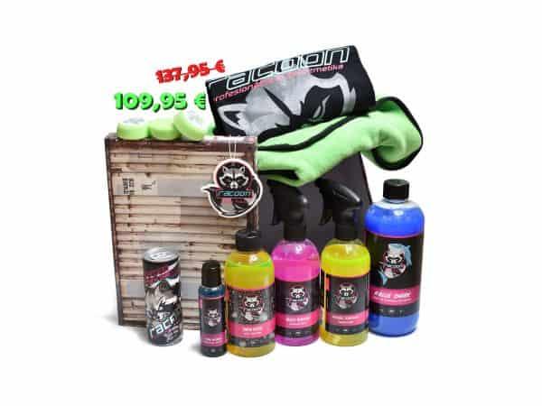 darčeková krabička ako set produktov autokozmetiky Racoon Cleaning Products, Zelená sušiaca utierka Racoon, čierne tričko racoon, tri zelené leštiace kotúče, priehľadné fľaše s produktmi, modrý autošampón BLue shark, žltý prípravok Wheel Tornado, ružový insect remover, žltý snow goose, modrý tire refresh, energetický nápoj Racoon a Závesná vôňa Racoon