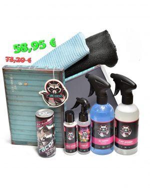 darčekova krabička s produktmi autokozmetiky Racoon Cleaning Products, čierna mikrovláknová utierka, modrá utierka na sklo, prihľadné fľaše s produktmi pre čistý a svieži interiér automobilu, energetický nápoj racoon a závesná vôňa racoon