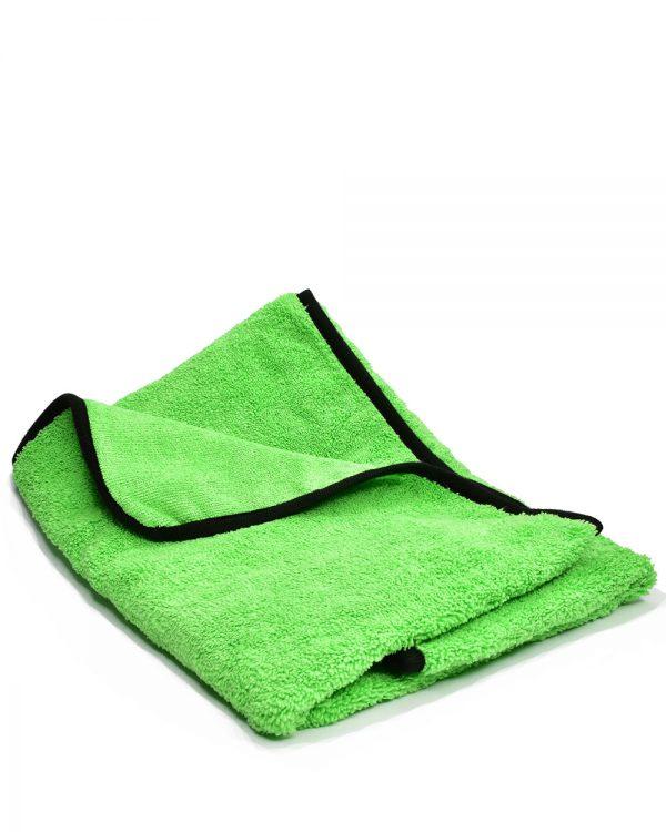 Zelená mikrovláknová utierka na vysušenie automobilu po umývaní