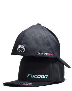 dve na sebe uložené čierne šiltovky Racoon Cleaning products s Vyšívaným logom