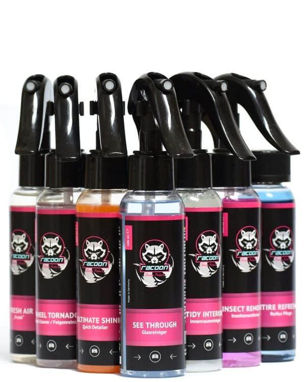 sedem priehľadných fľaštičiek s rozprašovačmi obsahujúcich set prípravkov pestrých farieb pre starostlivost o auto s výrazným logom Racoon Cleaning Products