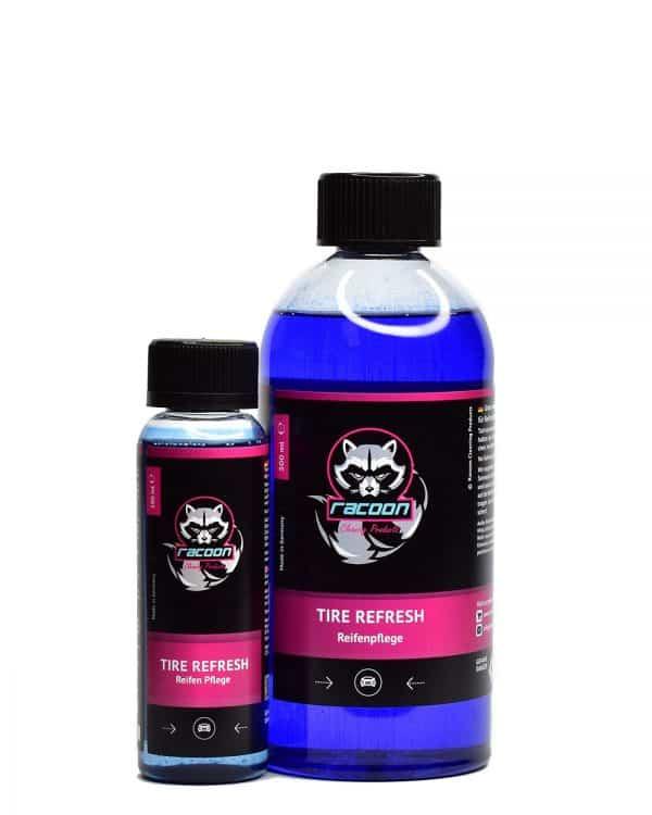 dve priehľadné fľaše obsahujúce pestrú tmavomodrú tekutinu, prípravok určený na oživenie a ochranu pneumatík a gumených častí automobilov Tire Refresh, s etiketou a logom autokozmetiky Racoon Cleaning Products