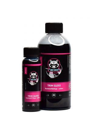 dve priehľadné fľaše rôznej veľkosti obsahujúce čiernu tekutinu, prípravok určený na ochranu plastov automobilov bez obsahu silikónu Trim Gloss, s etiketou a logom autokozmetiky Racoon Cleaning Products