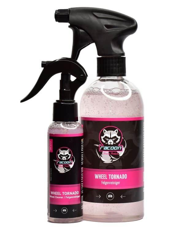 dve priehľadné fľaše rôznej veľkosti s rozprašovačom obsahujúce ružovkastú číru tekutinu, ph neutrálny prípravok určený na čistenie diskov kolies automobilov Wheel Tornado , s etiketou a logom autokozmetiky Racoon Cleaning Products
