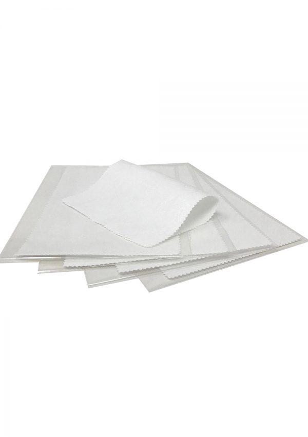 päť bielych aplikačných obrúskov zabalenýych v priehľadnom obale