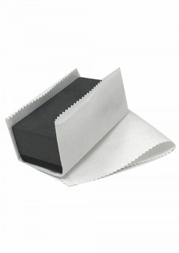 obrusok bielej farby do ktorého je obalena aplikačna špongia alebo blok sivej farby
