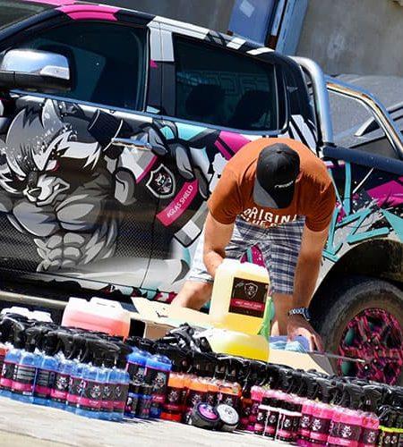 Tomáš a vybaľovanie produktov Racoon Cleaning Products pri reklamnom aute