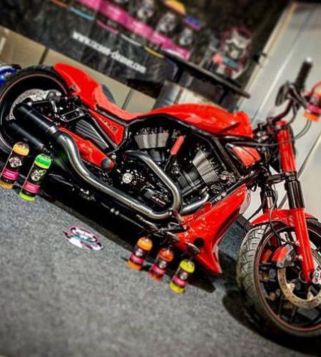 motocikel Harley Davidson červenej farby a produkty Racoon Cleaning Products
