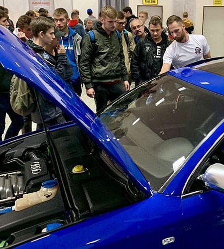 Predvádzanie produktov autokozmetiky Racoon na vozidle audi počas autosalónu v Nitre