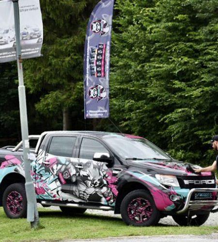 automobil ford Ranger v reklamnom polepe Racoon Cleaning Products pri čistení jeho majiteľom