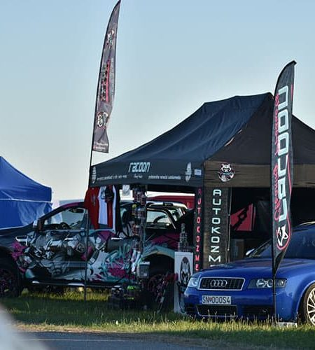 športové autá a stánok s autokozmetikou racoon