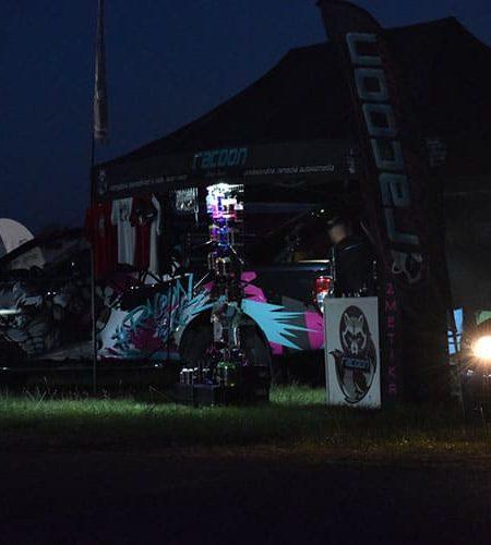 Stánok autokozmetiky a športové auta počas noci vo Vyškove